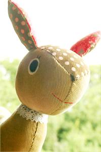 手縫いで赤ちゃんのぬいぐるみ。バンビのガラガラ。